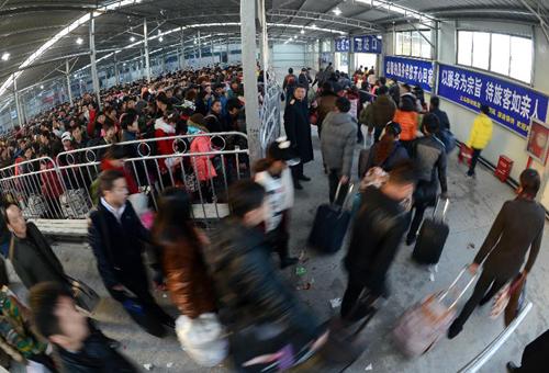 1月23日,旅客从义乌火车站临时候车室进站乘车。
