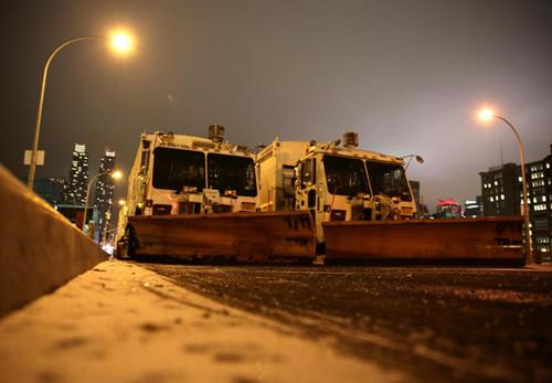 曼哈顿道路上装备了雪铲的环卫车。
