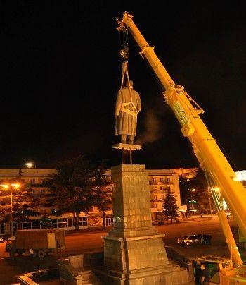 格鲁吉亚政府拆除斯大林雕像 称属非法树立