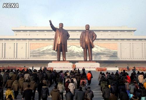 朝鲜民众元旦参谒金日成金正日瞻仰铜像(图)