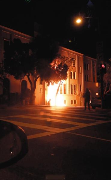 1日晚,中国驻旧金山总领馆正门起火。 图片来源:新浪微博@Rosalindxx