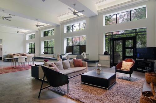 这座房屋面积约900平方米,天花板高近5.5米。