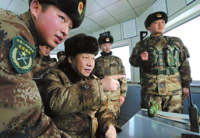 习近平登上内蒙古边防某团三角山哨所实地查看。