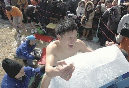 日大分县举行耐寒比赛男女50人赤身挑战严寒