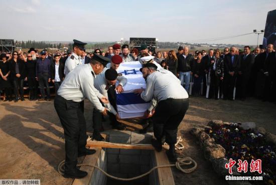 1月13日,以色列前总理沙龙的遗体被安葬在他的家族农场。沙龙的棺椁上覆盖着以色列国旗,由8名军官托举。沙龙被安葬在他2000年去世的夫人莉莉的身边。