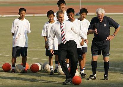 英国前首相布莱尔是健身房常客,热衷于晨练。在戴维营造访小布什的时候,两人还曾早起晨跑。虽然人到中年,小病难免,但布莱尔还是时常和孩子们一起踢足球。