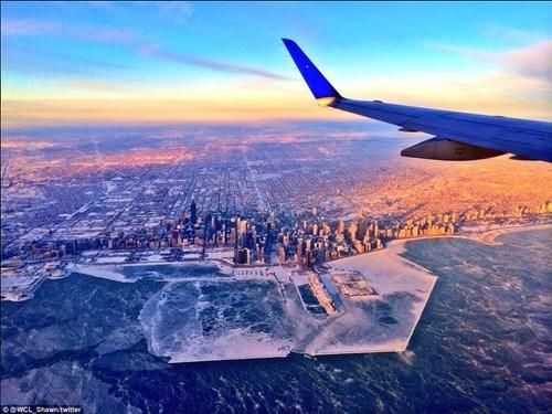 一位乘客在飞机上拍到的芝加哥海岸。
