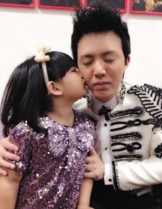 王诗龄与李云迪合奏钢琴在后台亲吻李云迪(图)
