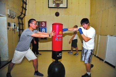 """5日,""""雪龙""""号上的科考队员在练习拳击。新华社发"""