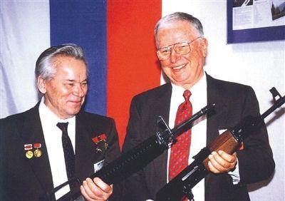 俄罗斯枪王卡拉什尼科夫和美国枪王尤金·斯通纳(右)拿着对方设计的步枪