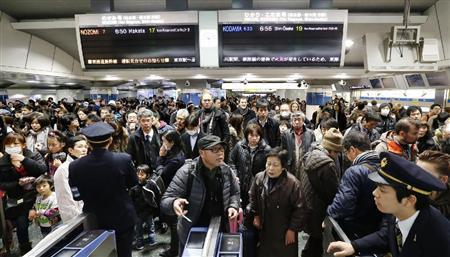 因大火,导致东京始的部分列车停驶,进而大批乘客滞留车站。