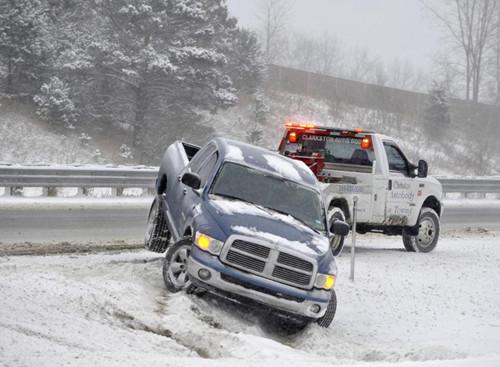 密歇根州的高速公路旁,一辆皮卡被从雪中拖出。