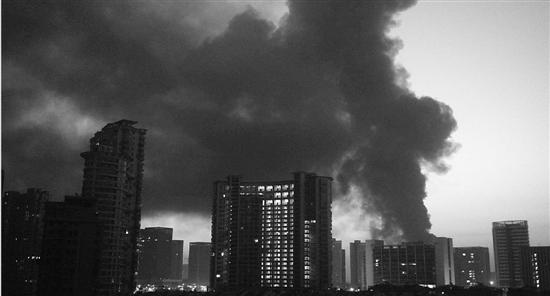 火灾产生的浓烟遮天蔽日,杭州市区都能看见。