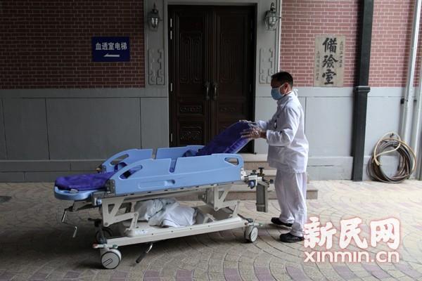 图说:2013年4月16日,复旦投毒案中的受害人黄洋的遗体被送入了太平间。资料图 新民网 萧君玮 摄