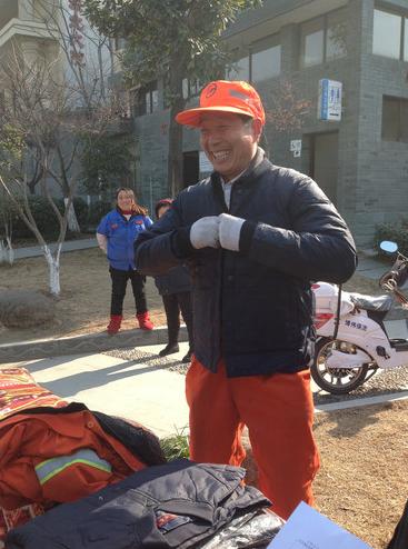 """年货分发现场。21日,杭州市拱墅近400名环卫工领到了杭州博伟清洁服务有限公司派发给他们的""""温暖年货""""——保温饭桶、羽绒保暖内衣、保暖雨鞋等冬季御寒品。"""