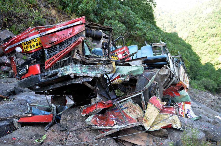 (国际)(1)印度一公交车坠入深谷