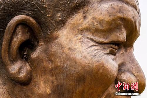 """艺术家在曼德拉铜像耳朵内""""暗藏""""兔子(组图)"""