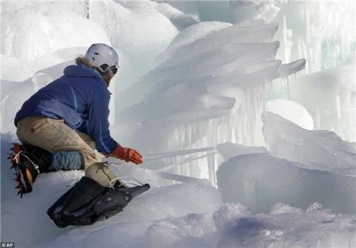 游客在冰雪城堡里游览玩耍。