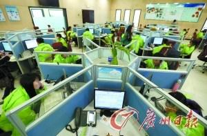 接线志愿者在工作中。 记者顾展旭 摄