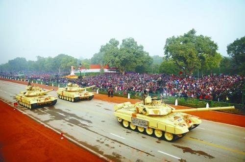 印度26日在新德里举行第65个共和国日阅兵及游行活动。小图为到访的安倍晋三出席阅兵仪式。