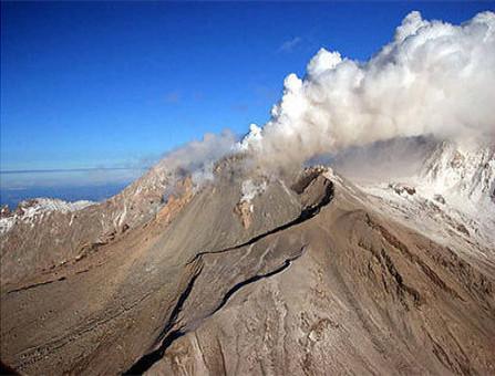 俄罗斯远东地区火山喷发火山灰高达8.5公里