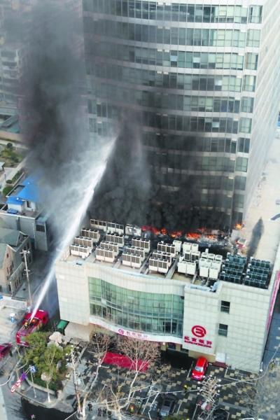 消防车向大厦喷水施救。