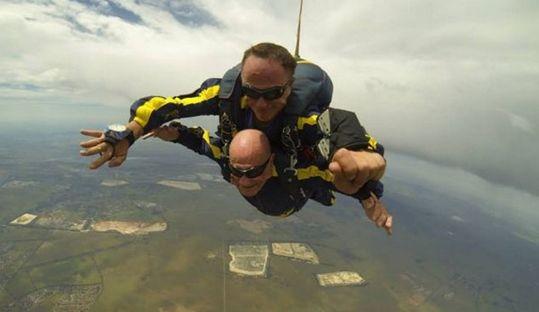 英93岁男子3353米高空跳伞称亡妻托梦鼓励(图)