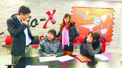 李卫东(左)在与周玮交谈。
