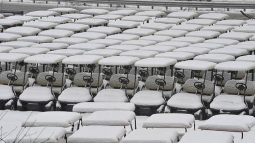 密歇根州一个高尔夫球场的小车,已经完全被雪覆盖。