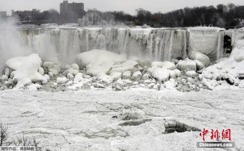 美国持续多日的严寒,使奔流不息的尼亚加拉大瀑布也被冻住。