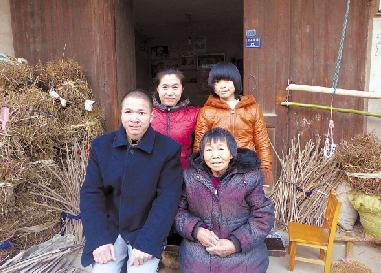 方雪祥(前左)全家福。 通讯员 吴卓尔 摄