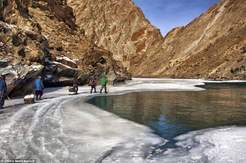 从拉达克到林谢德的医院,夏天的时候要走5天,冬天用时更长是因为大雪封堵住道路,冰冻的河面是他们能走出去的唯一道路。