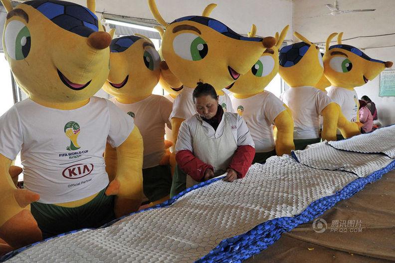 中国工厂生产巴西世界杯吉祥物玩偶
