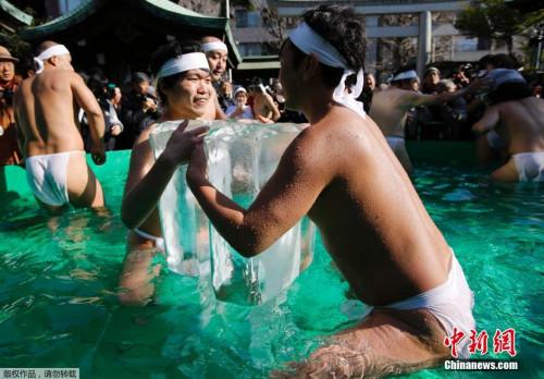 这两名日本人合力抱起一冰块,挑战身体极限。