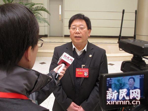 图说:黄勇平委员接受新民网记者采访。新民网 陈东达 拍摄
