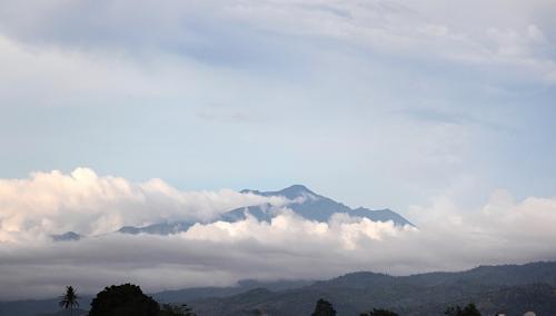 马来西亚京那巴鲁山气温降至冰点山顶一片雪白