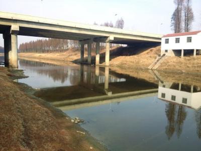 句容河桥下方漂着一层暗红色物质。