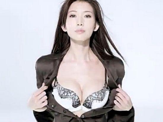 林志玲性感广告惹争议(资料图)