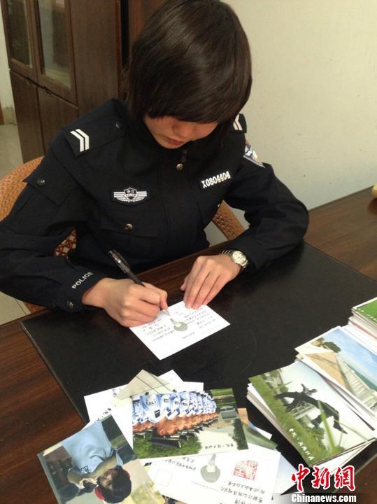 王露莹手写明信片寄给粉丝。 被采访者 摄