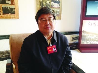 省人大代表、省食品药品监督管理局局长胡晓抒。