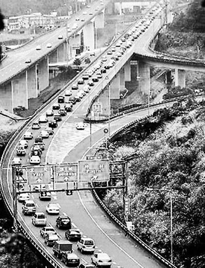 每到年节,台湾主要公路大多塞车