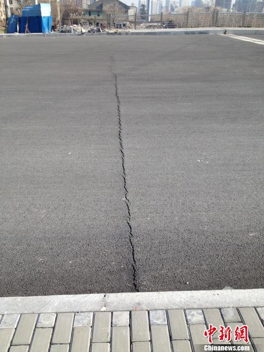 图为化工路跨余杭塘河桥梁十几米长裂缝。 施佳秀 摄