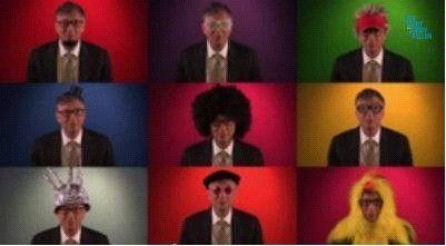 比尔盖茨不仅变换各种恶搞造型,还戴上爆炸头与鸡头头套