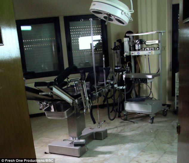 女孩们被卡扎菲强奸之前,在妇产科医用套间接受性传播疾病检查。