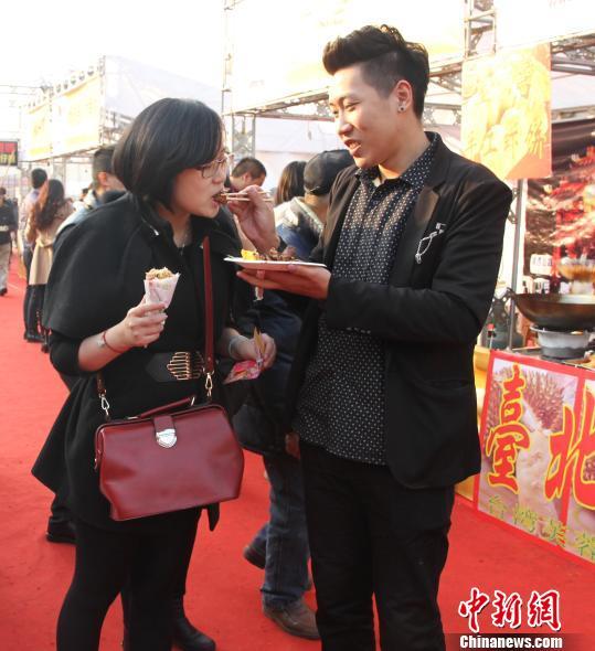 图为:情侣品尝台湾美食。 朱春燕 摄