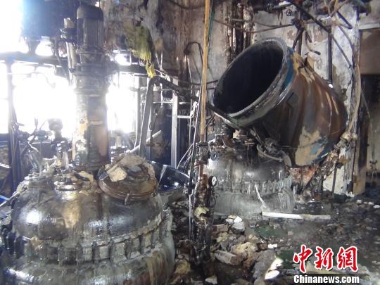 烧毁的工厂厂房 黄恩来 摄