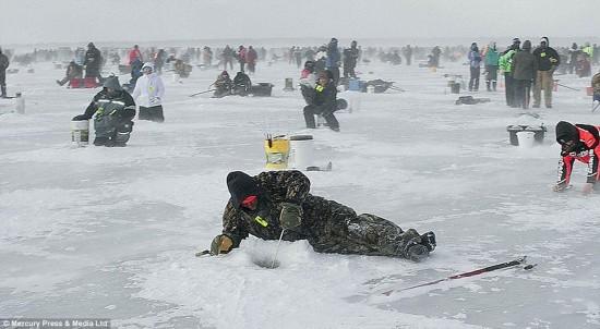逾万美国人零下40度参加钓鱼比赛