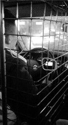 女子打车遇奇葩的哥 开车抽烟看日剧称太无聊