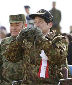 日本防卫相小野寺五典视察自卫队夺岛训练