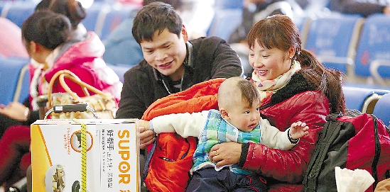 1月9日,杭州火车站已提前进入春运状态,候车室内,在杭务工的四川人钟兵特地买了一只电饭煲,准备送给老家的父母亲。 本报记者 吴元峰 实习生 郭戟铠 摄